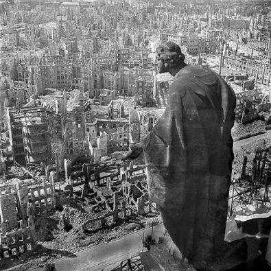 Foto: Blick vom Rathausturm auf Dresden, fotografiert von Richard Peter, Deutsche Fotothek, Quelle: wikimedia.org